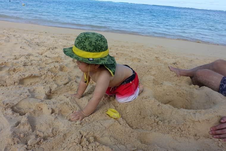 ビーチの砂で遊び続けました
