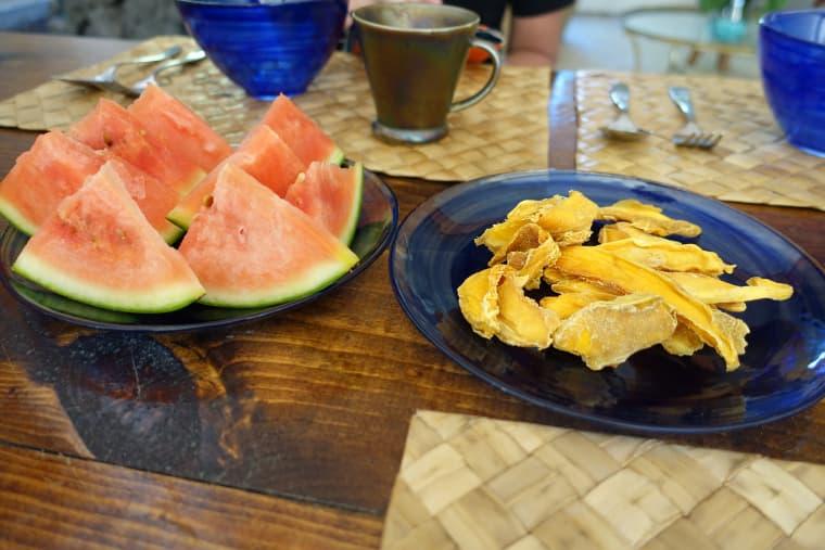 自宅の庭でとったフルーツの朝食