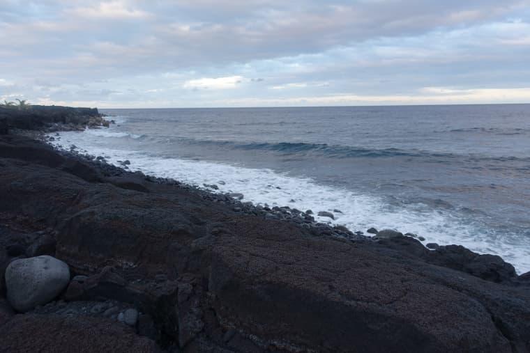 駐車場へ行く前にカラパナの溶岩ビーチも見て帰りました。