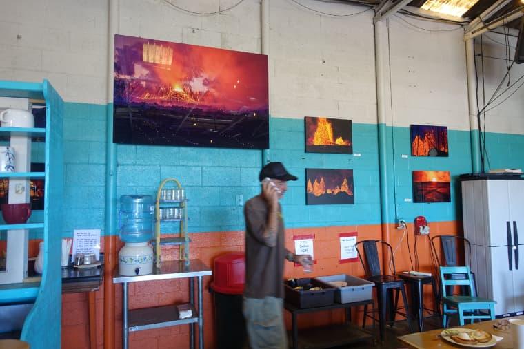壁には最近の噴火の写真 tin shack bakery pahoa