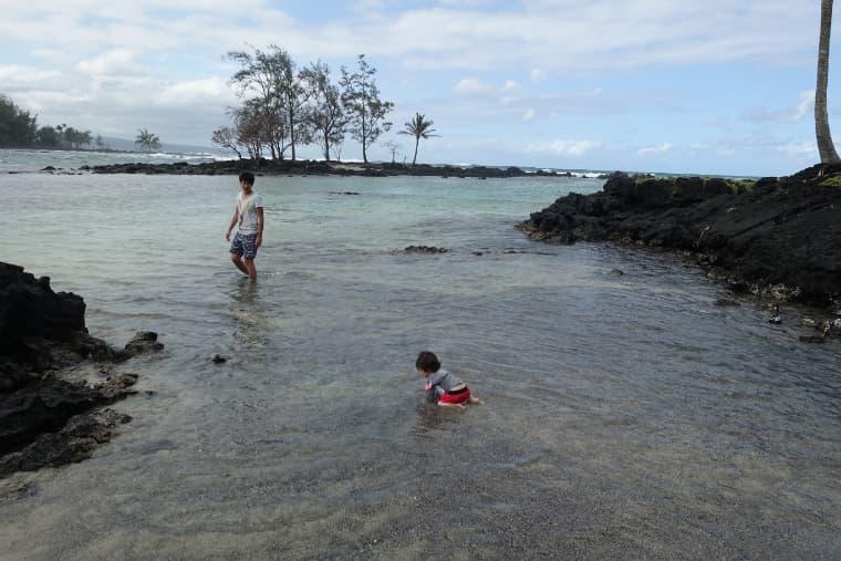 浅い浜で遊ぶけーちゃん
